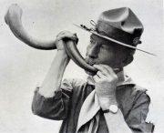 Baden Powell sonnant sa corne de Koudou