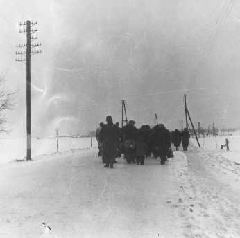 détenus marchant dans la neige