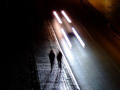 couple dans une ville, la nuit