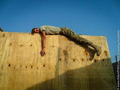 homme épuisé sur le sommet d'un mur - http://www.flickr.com/photos/29912035@N03/6340085461
