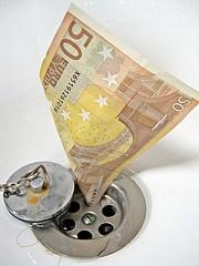 un billet tombe dans la vidange d'un évier - http://www.flickr.com/photos/59937401@N07/5857407803 Found on flickrcc.net