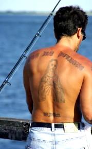 un homme avec le christ tatoué sur le dos