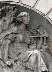 travaux sur un bas-relief représentant la justice