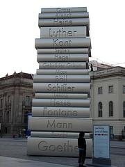 pile de gros livres en pierre sur une place