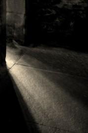 lumière perçant les ténèbres d'une pièce