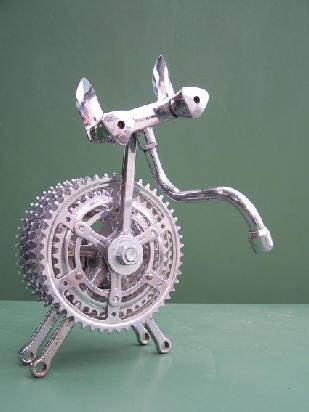 œuvre d'Ambroise Monod faite avec des pièces récupérées de vélo et de robinet