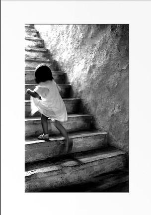 petite fille qui monte un escalier - http://www.flickr.com/photos/24270594@N03/2317438288 Found on flickrcc.net