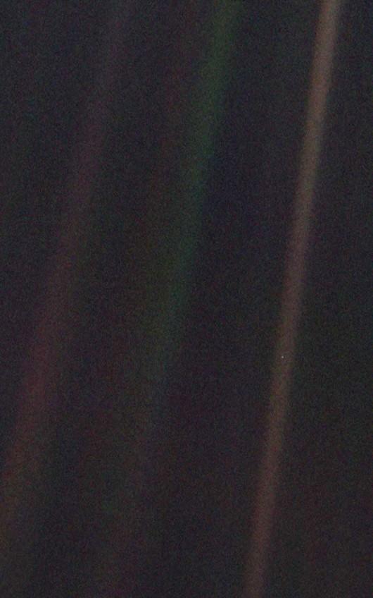 image sombre avec quelques bandes un peu plus lumineuses et un minuscule point
