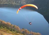 parapente au dessus d'un lac - http://www.flickr.com/photos/41136313@N04/3858218325 Found on flickrcc.net