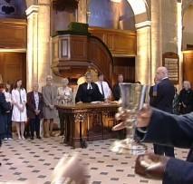 Sainte-Cène dans l'Oratoire du Louvre, le plat et la coupe passent de personne à personne.