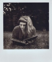 fille lisant dans l'herbe - http://www.flickr.com/photos/48337528@N05/18906002119 Found on flickrcc.net