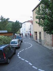 une rue avec une ligne blanche sinueuse - http://www.flickr.com/photos/50778972@N08/7679242054 Found on flickrcc.net
