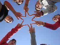 Enfants faisant avec leurs doigts une étoile. Image: 'FUTURO' http://www.flickr.com/photos/10907882@N05/1533282309 Found on flickrcc.net