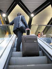 homme avec une valise dans le métro - http://www.flickr.com/photos/75789956@N00/4890801611 Found on flickrcc.net