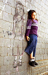 petite fille et son image dessinée par terre. Image: 'r☼sita'  http://www.flickr.com/photos/75484454@N00/346073